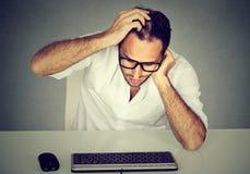 Hombre confuso que tiene problemas con contraseña foto de archivo
