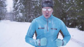 Hombre congelado del atleta de los deportes del retrato, retrato de un atleta en invierno, corriendo en un rato frío, deportes de almacen de metraje de vídeo