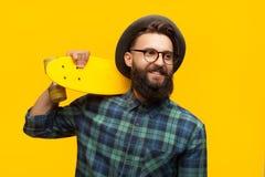 Hombre contento con el patín en naranja Imagenes de archivo
