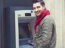 Hombre contento que usa la máquina de la atmósfera afuera Fotos de archivo libres de regalías