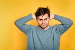 Hombre contrariedad frustrado descontento enfadado fotografía de archivo libre de regalías