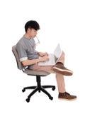 Hombre coreano que mecanografía en su ordenador portátil Imágenes de archivo libres de regalías