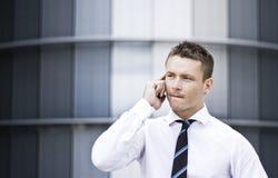 Hombre corporativo ocupado en el teléfono celular Imagenes de archivo