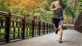 Hombre corriente Corredor masculino en esprintar el entrenamiento de la velocidad para el maratho Imágenes de archivo libres de regalías