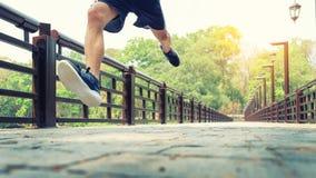 Hombre corriente Corredor masculino en esprintar el entrenamiento de la velocidad para el maratho Foto de archivo