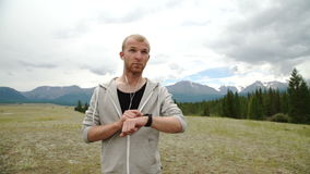 Hombre corriente del rastro en el ejercicio de la trayectoria de la montaña metrajes