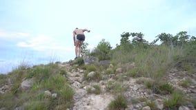 Hombre corriente en el camino de la montaña Muchacho de la aptitud del deporte que ejercita afuera en montañas metrajes