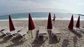 Hombre corriente en la playa con el fondo del mar Vuelo y despegue adelante, visión aérea Francia, Córcega almacen de video