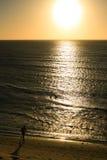 Hombre corriente en puesta del sol Foto de archivo