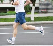 Hombre corriente Hombre envejecido centro de Athleting Funcione con al deportista Maratón r foto de archivo