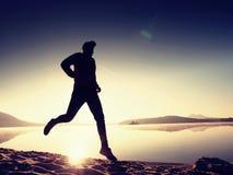 Hombre corriente Muchacho que corre rápidamente en la playa de la mañana Corredor del deportista, individuo que activa Imagen de archivo libre de regalías