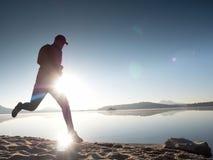 Hombre corriente Muchacho que corre rápidamente en la playa de la mañana Corredor del deportista, individuo que activa Fotografía de archivo