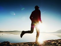 Hombre corriente Muchacho que corre rápidamente en la playa de la mañana Corredor del deportista, individuo que activa Foto de archivo libre de regalías