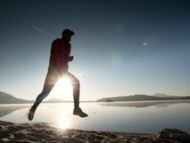 Hombre corriente Muchacho que corre rápidamente en la playa de la mañana Corredor del deportista, individuo que activa Imagenes de archivo