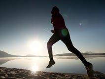 Hombre corriente Muchacho que corre rápidamente en la playa de la mañana Corredor del deportista, individuo que activa Fotos de archivo