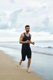 Hombre corriente que activa en la playa durante el entrenamiento de la aptitud al aire libre Deporte Fotos de archivo