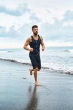 Hombre corriente que activa en la playa durante el entrenamiento de la aptitud al aire libre Deporte Imágenes de archivo libres de regalías