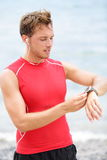 Hombre corriente que mira el monitor del ritmo cardíaco Imagenes de archivo