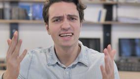 Hombre creativo enojado frustrado que reacciona a la pérdida en cólera almacen de video