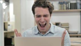 Hombre creativo enojado que grita mientras que reacciona a la pérdida almacen de metraje de vídeo