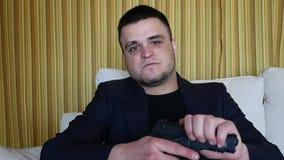 Hombre criminal subrayado con el arma que tiene deber sobre pedido en casa almacen de metraje de vídeo