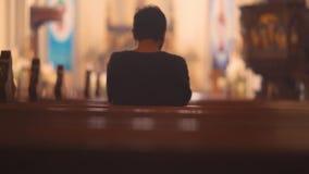 Hombre cristiano que ruega a DIOS en iglesia almacen de video
