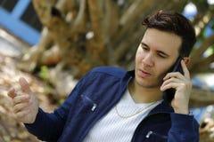 Hombre cubano que habla en un teléfono móvil Imagenes de archivo
