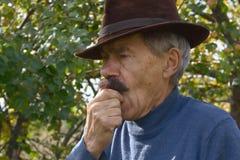 Hombre cubierto con sombrero Fotografía de archivo libre de regalías