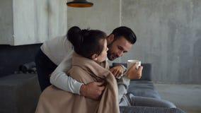 Hombre cuidadoso que anima encima de esposa enferma pobre almacen de video