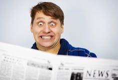 Hombre dado una sacudida eléctrica por las noticias del periódico Foto de archivo libre de regalías