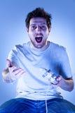 Hombre dado una sacudida eléctrica con Gamepad Imagen de archivo libre de regalías