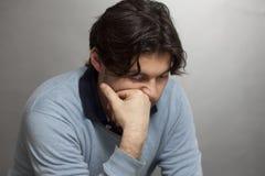 Hombre Dark-haired solo Fotos de archivo libres de regalías