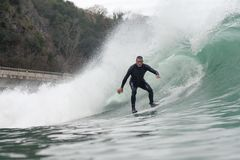 Hombre de 68 años que practica surf una onda grande foto de archivo libre de regalías