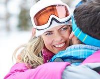 Hombre de abarcamiento de la mujer en viaje del esquí Fotografía de archivo libre de regalías