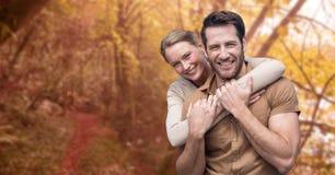 hombre de abarcamiento de la mujer feliz durante otoño Fotografía de archivo libre de regalías