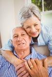 Hombre de abarcamiento de la mujer mayor en casa Fotos de archivo libres de regalías