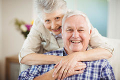 Hombre de abarcamiento de la mujer mayor en casa Fotografía de archivo libre de regalías