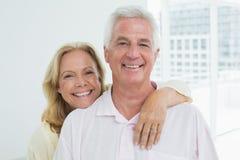 Hombre de abarcamiento de la mujer mayor feliz de detrás Foto de archivo libre de regalías
