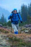 Hombre de Advanture con caminar de la mochila Fotografía de archivo libre de regalías