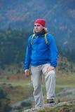 Hombre de Advanture con caminar de la mochila Fotos de archivo libres de regalías