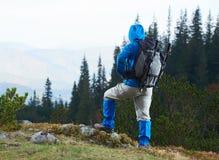 Hombre de Advanture con caminar de la mochila Imágenes de archivo libres de regalías