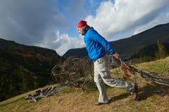 Hombre de Advanture con caminar de la mochila Foto de archivo libre de regalías