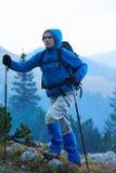 Hombre de Advanture con caminar de la mochila Fotos de archivo