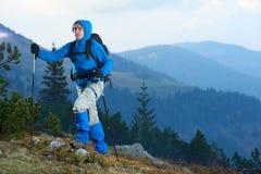 Hombre de Advanture con caminar de la mochila Imagen de archivo