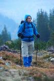 Hombre de Advanture con caminar de la mochila Foto de archivo