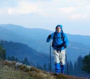 Hombre de Advanture con caminar de la mochila Imagenes de archivo