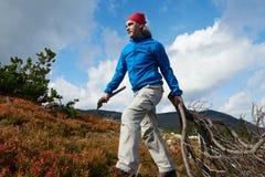 Hombre de Advanture con caminar de la mochila Imagen de archivo libre de regalías