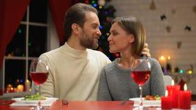Hombre de amor que besa blando a su esposa el la víspera de Navidad, fecha romántica, hora para la familia almacen de video