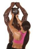 Hombre de ayuda de la mujer levantar el peso detrás Imagen de archivo