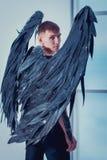 Hombre de Cthe con las alas del ángel imagenes de archivo